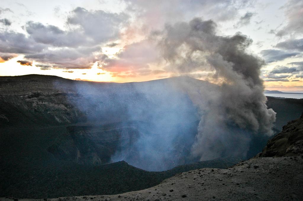 Panache de fumée s'échappant du cratère du Yasur - Tanna (Vanuatu)