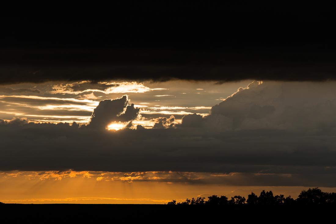 Coucher de soleil un soir d'orage dans la campagne d'Eure-et-Loir, en France.