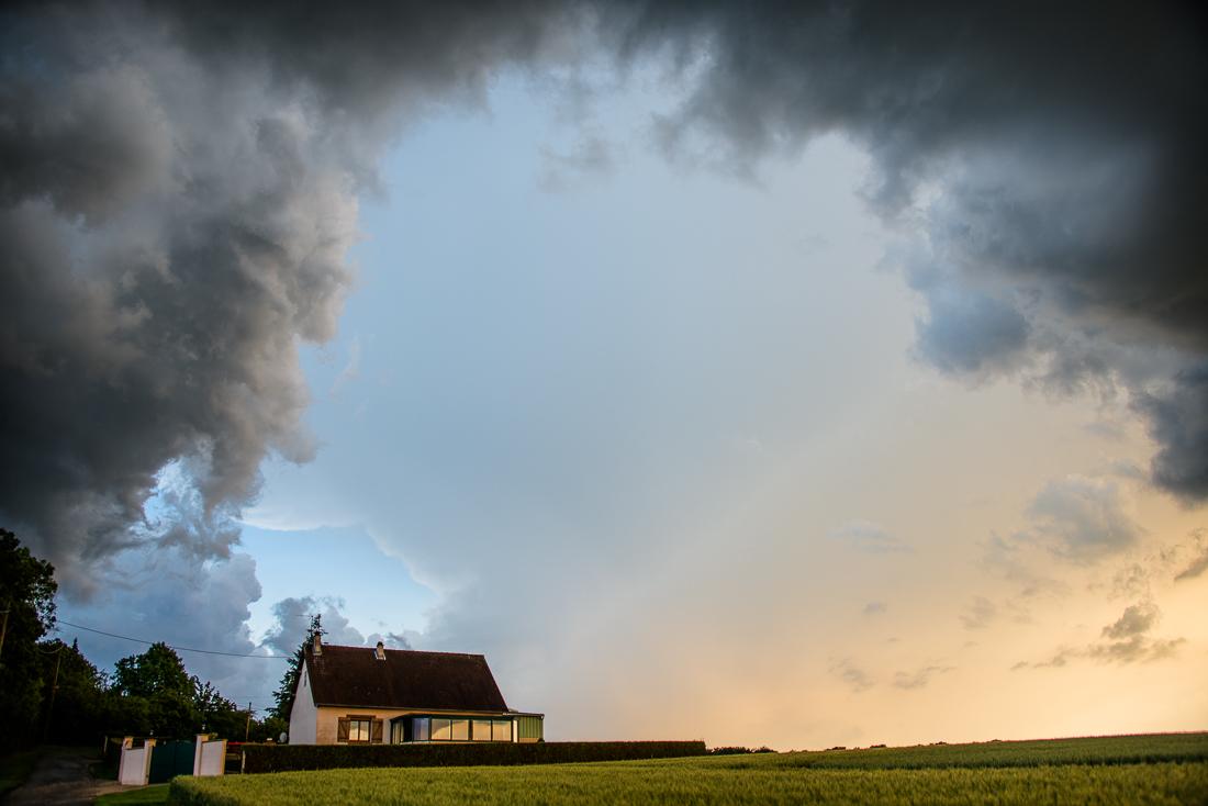 Trouée au milieu des nuages noirs d'orage en Eure-et-Loir.