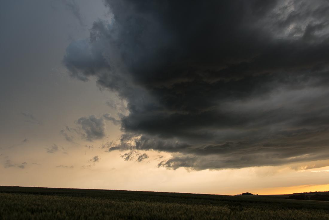 Des nuages noirs menacent la campagne en fin de journée, en Eure-et-Loir