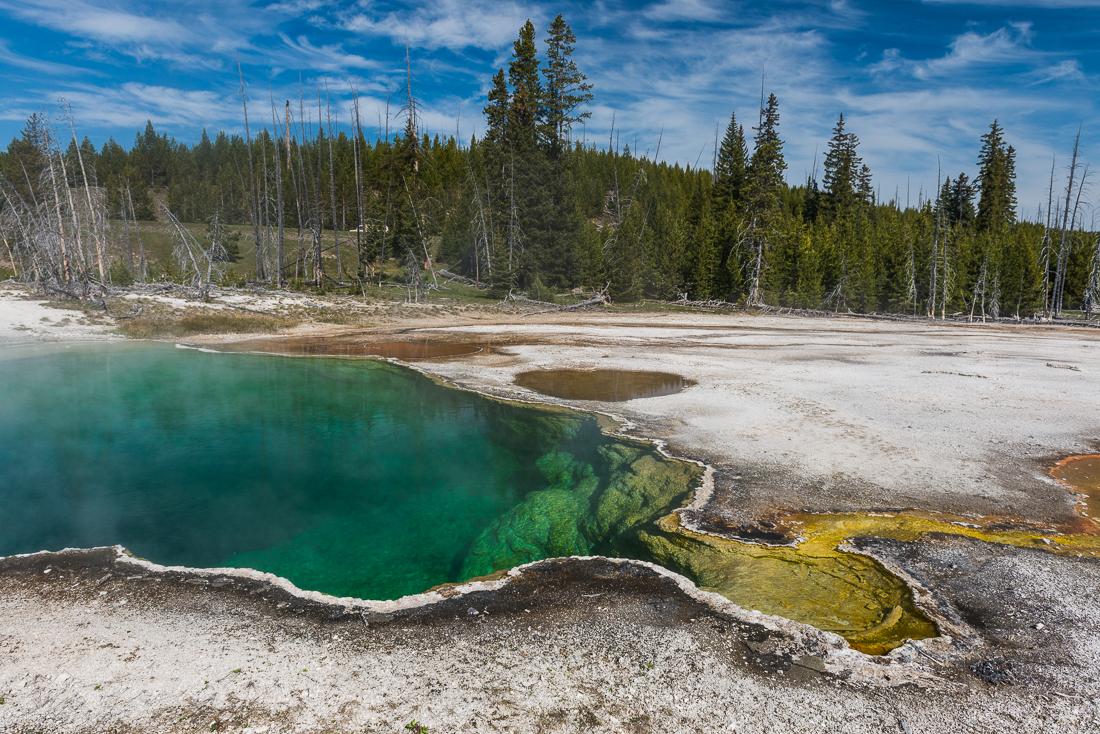 Une des piscines aux couleurs impossibles du West Thumb Geyser Basin, dans le parc du Yellowstone